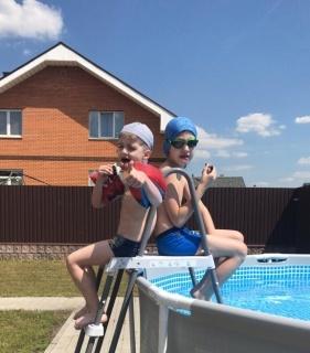 На фото я и мой младший брат Арсен у бабушки на даче! Я занимаюсь водным поло и очень люблю плавать. В период каникул мой брат мне помогает тренироваться)