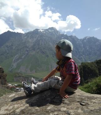Коля Янко(4 года) Любитель гор и походов.В очередном путешествие. Взрослые часто удивляются, как такой маленький попадает так далеко и так высоко. Его первое слова в детстве были ни ПАПА и МАМА, а горы, пещеры и дольмены