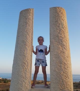 На фото Аня в Парке Скульптур на Кипре в июне. Очень понравился парк! Для прогулок на закате идеально!