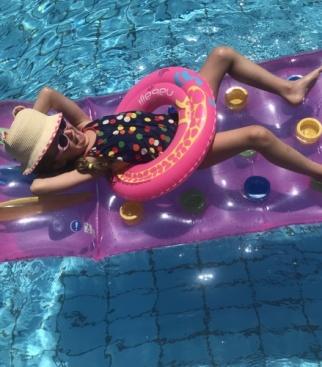 Эмилия на очень любит воду и солнце