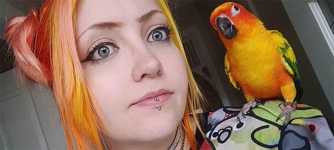 Эмбер Хатакэ – девушка и попугай