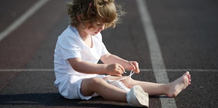 Как научить ребенка шнуровать ботинки?