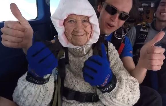 В Австралии 102-летняя бабушка прыгнула с парашютом и установила мировой рекорд