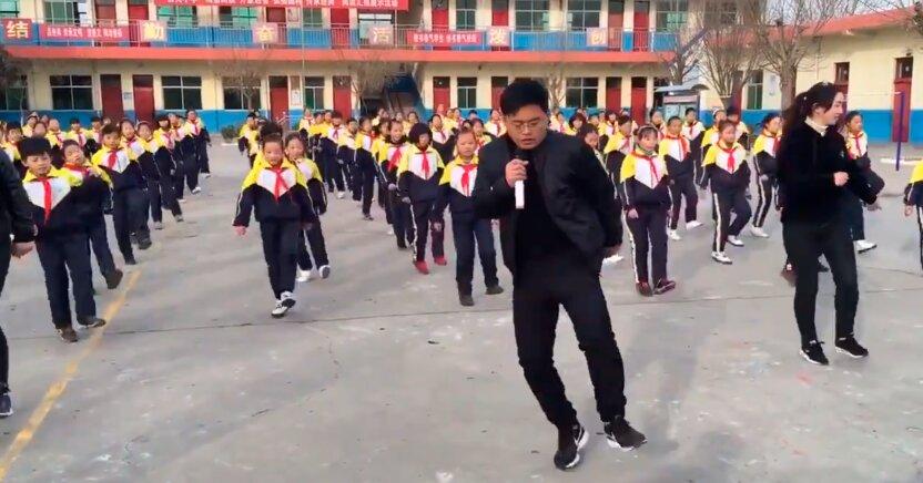 Директор школы стал звездой Интернета благодаря зажигательным танцам вместе с учениками