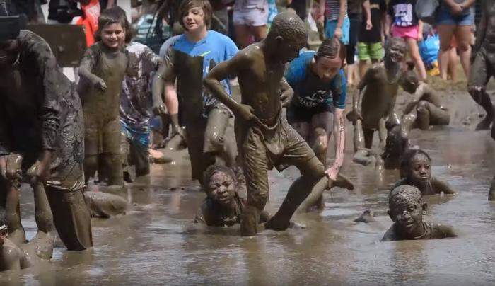 Грязь, детишки, рок-н-ролл! В Мичигане прошёл самый весёлый и грязный детский праздник в мире