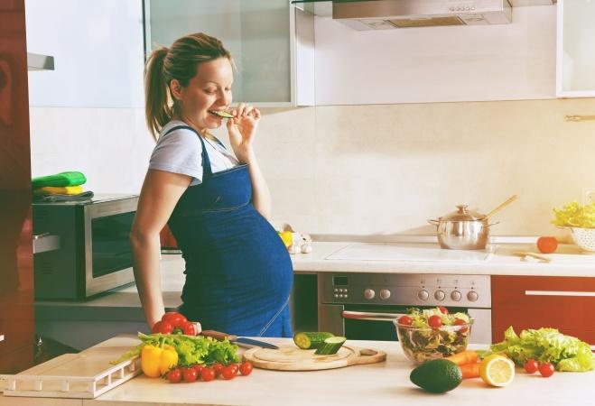Ученые выяснили, как нужно питаться беременным