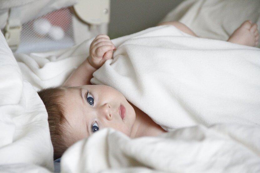 Ученые выяснили, как икота влияет на мозг младенцев