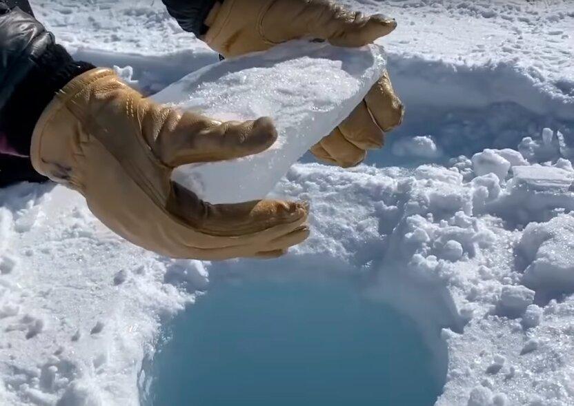 Что будет, если просверлить глубокую скважину в Антарктике и бросить туда льдину?