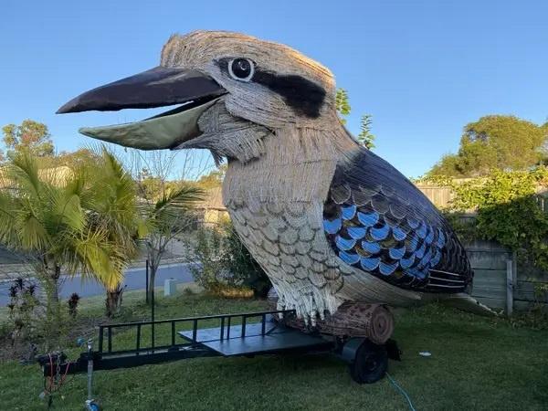 Автралиийский художник развлекает соседей гигантской смеющейся птицей