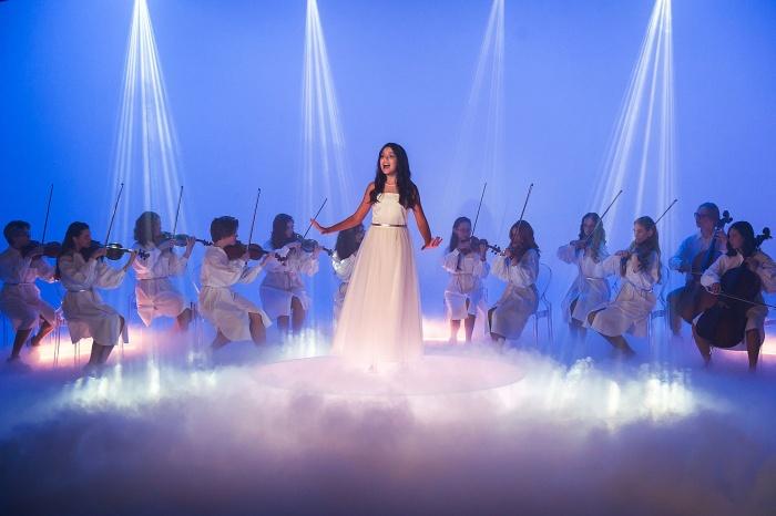 Красивые платья, струнный оркестр и качели над облаками: съемки клипа Софии Феськовой для «Детского Евровидения–2020»