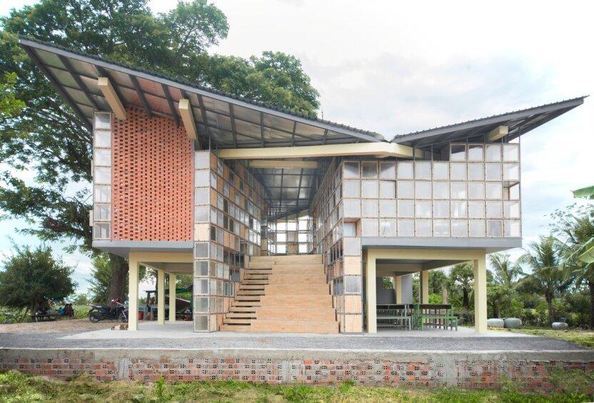 В теплых странах строят школы-трансформеры из стекла