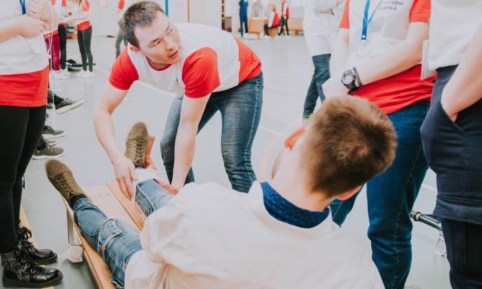 Волонтеры-медики учат оказывать первую помощь