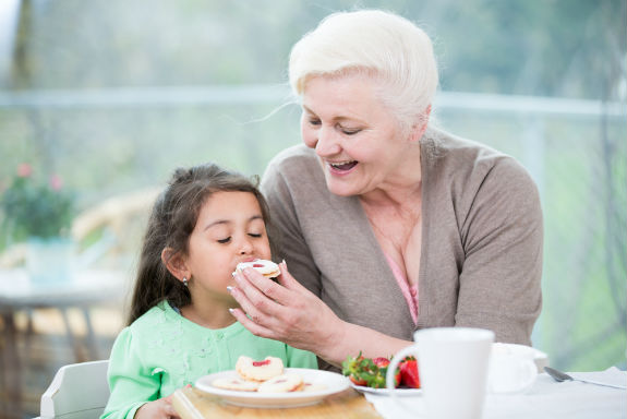 Что делать, если бабушка балует ребенка